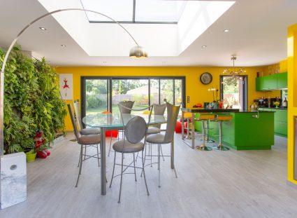 une salle à manger colorée