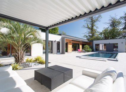 maison design avec pergola bioclimatique