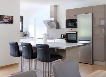 cuisine ouverte dans une maison avec plan en U