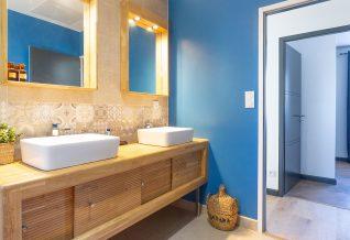 salle de bain avec du bois