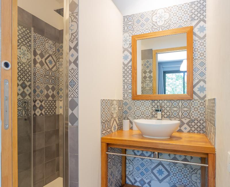 salle de bains avec carreaux ciment