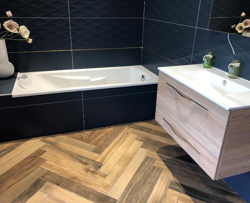 carrelage imitation bois dans la salle de bains