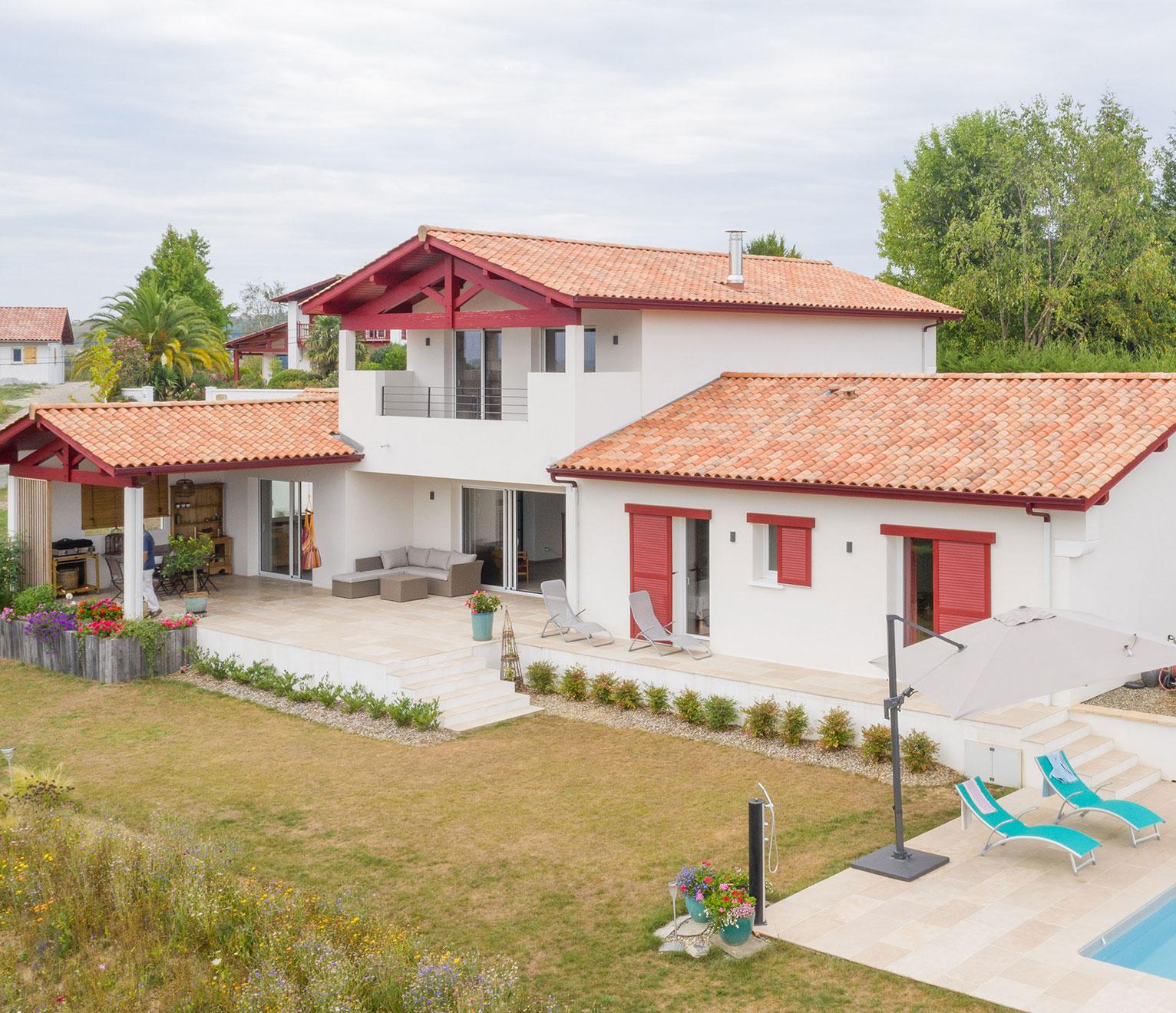 une grande maison basque avec piscine