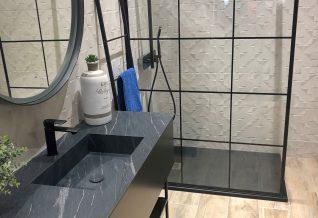 salle de bain avec carrelage effet bois
