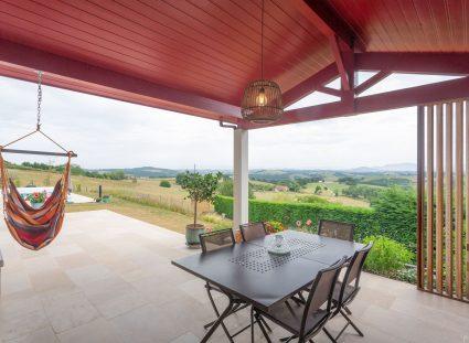 terrasse couverte dans une maison basque