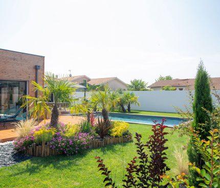 un beau jardin aménagé