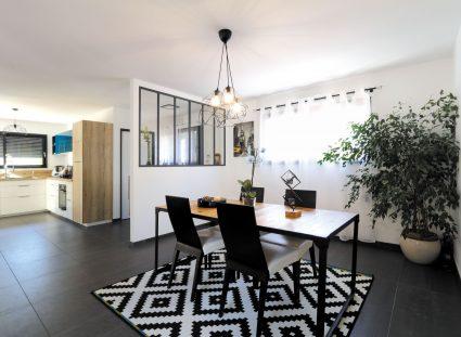 maison moderne avec une grande pièce de vie