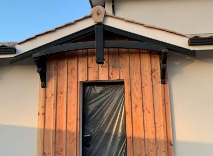 porte entree intégrée dans un bardage bois